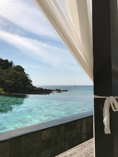 Blick aus dem Himmelbett auf den Pool und das Meer