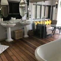 Badezimmer mit Blick auf Terrasse